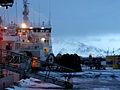 Tralare i hamnen i Reykjavik. Berget Esja i bakgrunden. Vinter.jpg