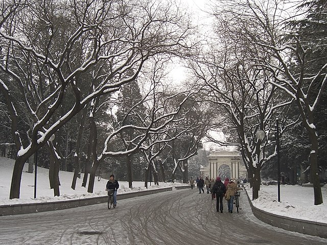 640px-Tsinghua_University_-_snowy_path_to_white_gate.JPG (640×480)