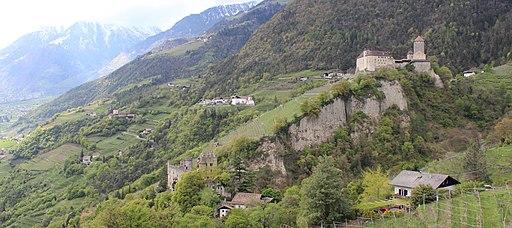 Turnstein, St. Peter mit Friedhofskapelle in Gratsch, Schloss Tirol und die Brunnenburg von Dorf Tirol aus