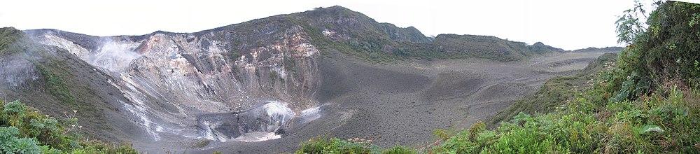 Los tres cráteres del volcán, el más antiguo se encuentra a la derecha, el más nuevo y activo a la izquierda.