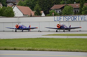 Two North Americans at the air show Flughallenfest Vilshofen 2012-05.JPG