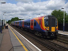 Een Class 450 van South west trains in het station Station Addlestone