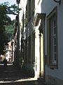 Universitätsplatz Heidelberg, Blick vom Marsiliusplatz in die Augustinergasse auf die Hauptstrasse.jpg