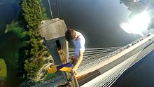 Файл:Urban climbing on the Southern Bridge in Kiev.webm