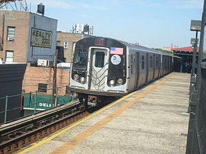 Astoria Boulevard (BMT Astoria Line) - W Train arriving
