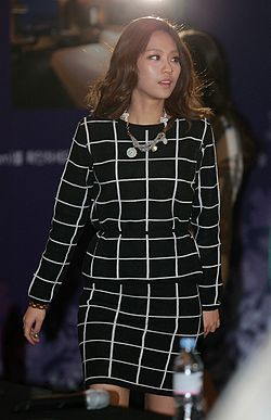 Wang Feifei at IFC Mall on Yeouido Island, 27 December 2013.jpg