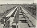 Werkzaamheden aan de spoorbaan tussen Haarlem en Heemstede, ter hoogte van de overgang Zandvoortselaan, ziende naar het noorden. NL-HlmNHA 54005600.JPG