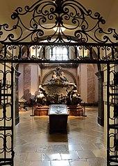 Der schlichte Kupfersarg Josephs vor dem Prunkdoppelsarkophag seiner Eltern (Quelle: Wikimedia)