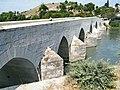 Yakapınar-Misis 2011 Historische Brücke über den Ceyhan mit Hüyük von Mopsuestia.jpg