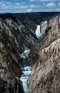 Der Grand Canyon of the Yellowstone mit den Lower Falls im Hintergrund