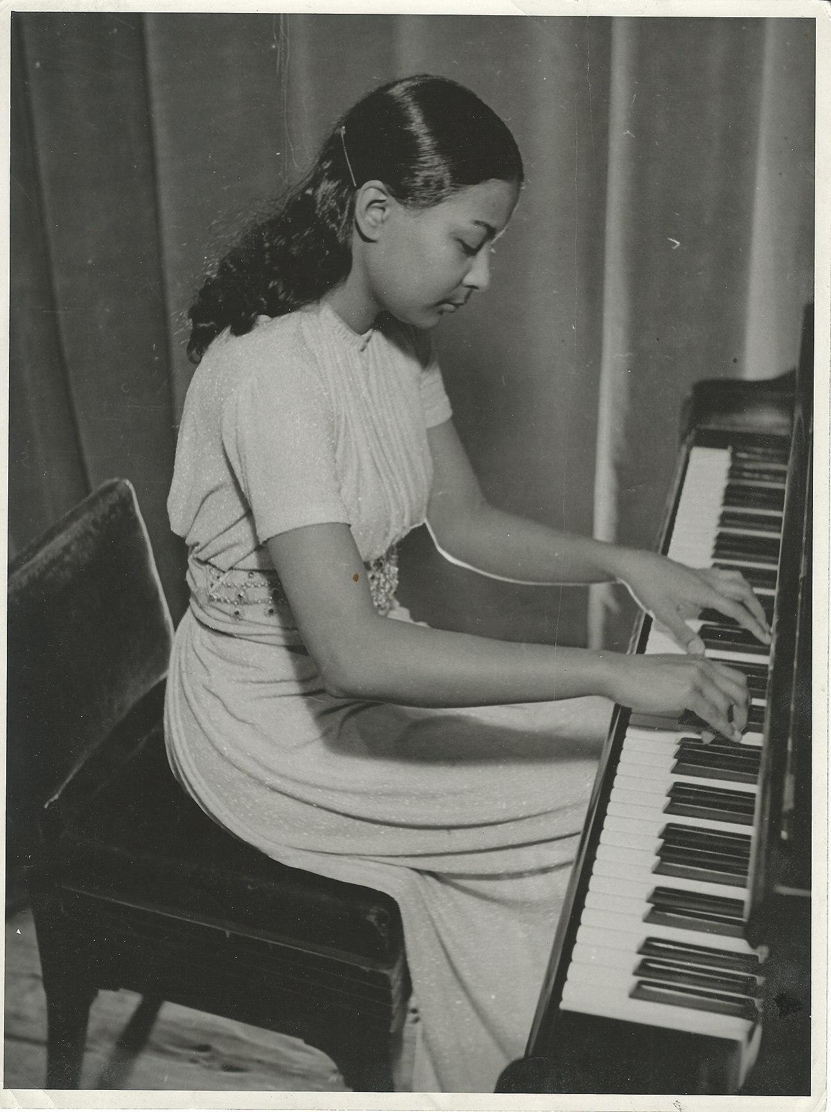 Young Majoie Hajary (1921 - 2017).jpg