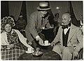 Zanger-varieté artiest Lou Bandy serveert leden van de koffieclub in Hotel Lion d'Or. NL-HlmNHA 54005162.JPG