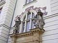 Škola Lyčkovo náměstí, sochy nad pravým vchodem.jpg
