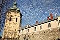 Башта-дзвіниця костелу Св. Лаврентія разом з пряслом оборонних мурів із західного боку міста.jpg