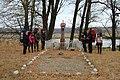 Группа туристів біля братської могили, осінь 2014.jpg