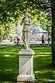 Статуя на фоне фонтана Солнце и Восточного Вольера.jpg