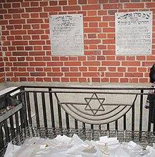 קברו של הרב יצחק מאיר אלתר בעיר גורה קלוואריה שבפולין. (לצדו קבור נכדו הרב יהודה אריה ליב אלתר.)
