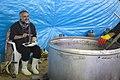 احمد ناطقی از عکاسان بنام ایران در آشپزخانه مرکزی مهران در حال مستند نگاری 08.jpg