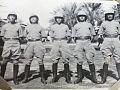 خليل جاسم الدباغ الأول من اليمين مع مجموعة من الضباط العراقيين خريجي الكلية العسكرية الملكية الدورة 18 في بغداد الرستمية.jpg