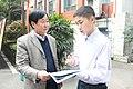 执行社长张轶寰向张裕云校长介绍Origin推出的《科技特刊》.jpg