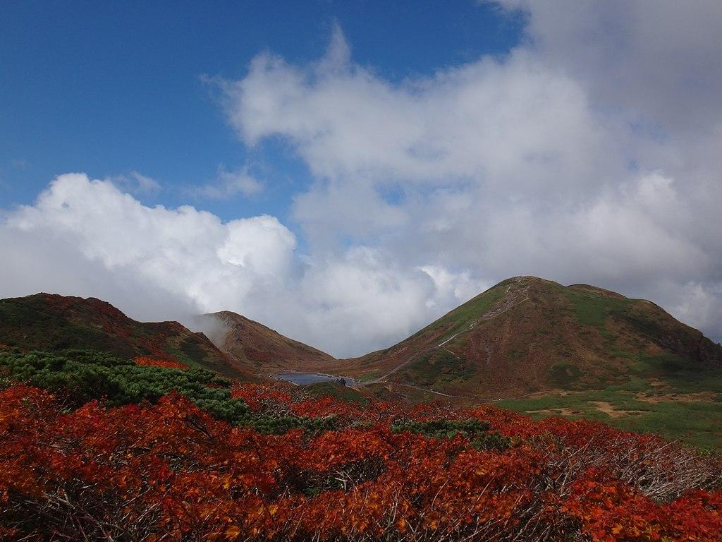 焼森付近から男岳と男女岳を望む