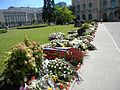 1. Bucuresti, Romania. Cordon de flori pentru memoria Reginei Ana (Curtea interioara a Palatului Regal).jpg