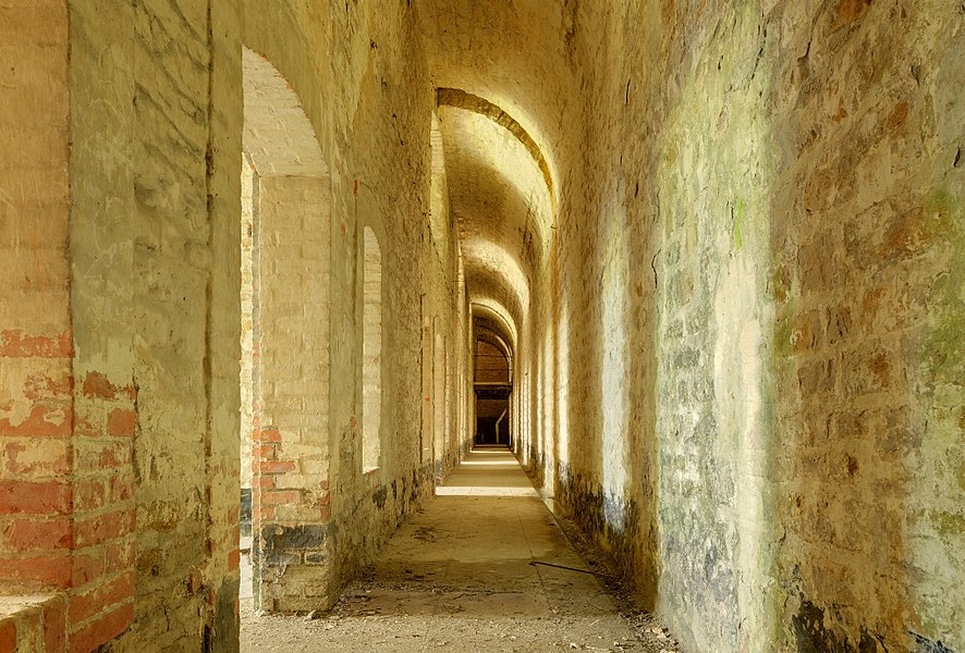 This file was uploaded  with Commonist.    Fort des Basses Perches: à l'arrière des chambrées.  Basses perches fortifications.