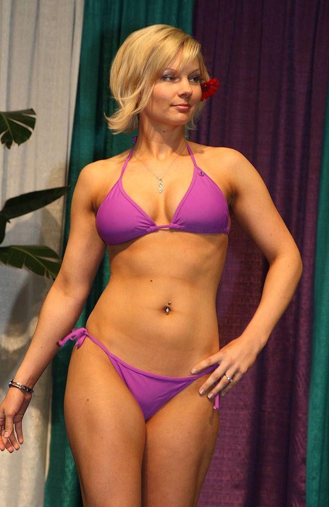 фото женщины в мини бикини