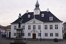 The old Town Hall on the square in Randers with a statue of Niels Ebbesen in the foreground.