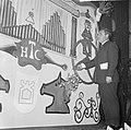 27e Hoogovenschaaktoernooi te Beverwijk, de Rus E. Gelle bij het orgel tijdens d, Bestanddeelnr 917-3049.jpg