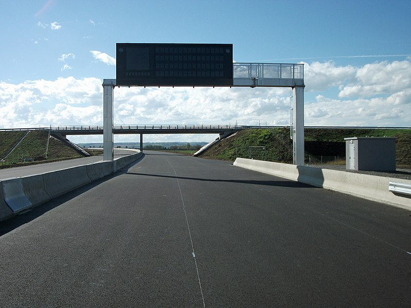 PHM 8 portico, made by Lacroix, on the highway A719 (under construction) towards Gannat (kilometer 13.5). It precedes the road bridge of the D 117. This highway was exceptionally open by the APRR (Autoroutes Paris-Rhin-Rhône) company for pedestrians and non-motorized vehicles. It opened three months after this discovery day.
