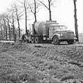 Aanleg en verbeteren van wegen, dijken en spaarbekken, aanleg betonwegen, arbeid, Bestanddeelnr 161-1242.jpg