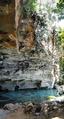 Afloramento rochoso em acesso de caverna de rio.png