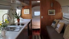 ファイル:Airstream-santa-barbara-auto-park.webm