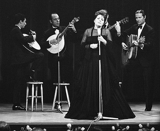 Amália Rodriguez mit Musikern (1969)