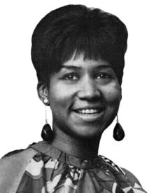 Portrait noir et blanc d'une femme noire de face.