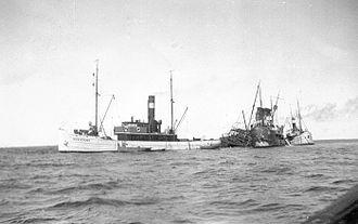 Sampo (1898 icebreaker) - Neptun's salvage ship Assistans next to the partially submerged Sampo.