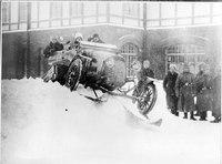 Automobil mit Schneeraupen beim Geländefahren - CH-BAR - 3241596.tif