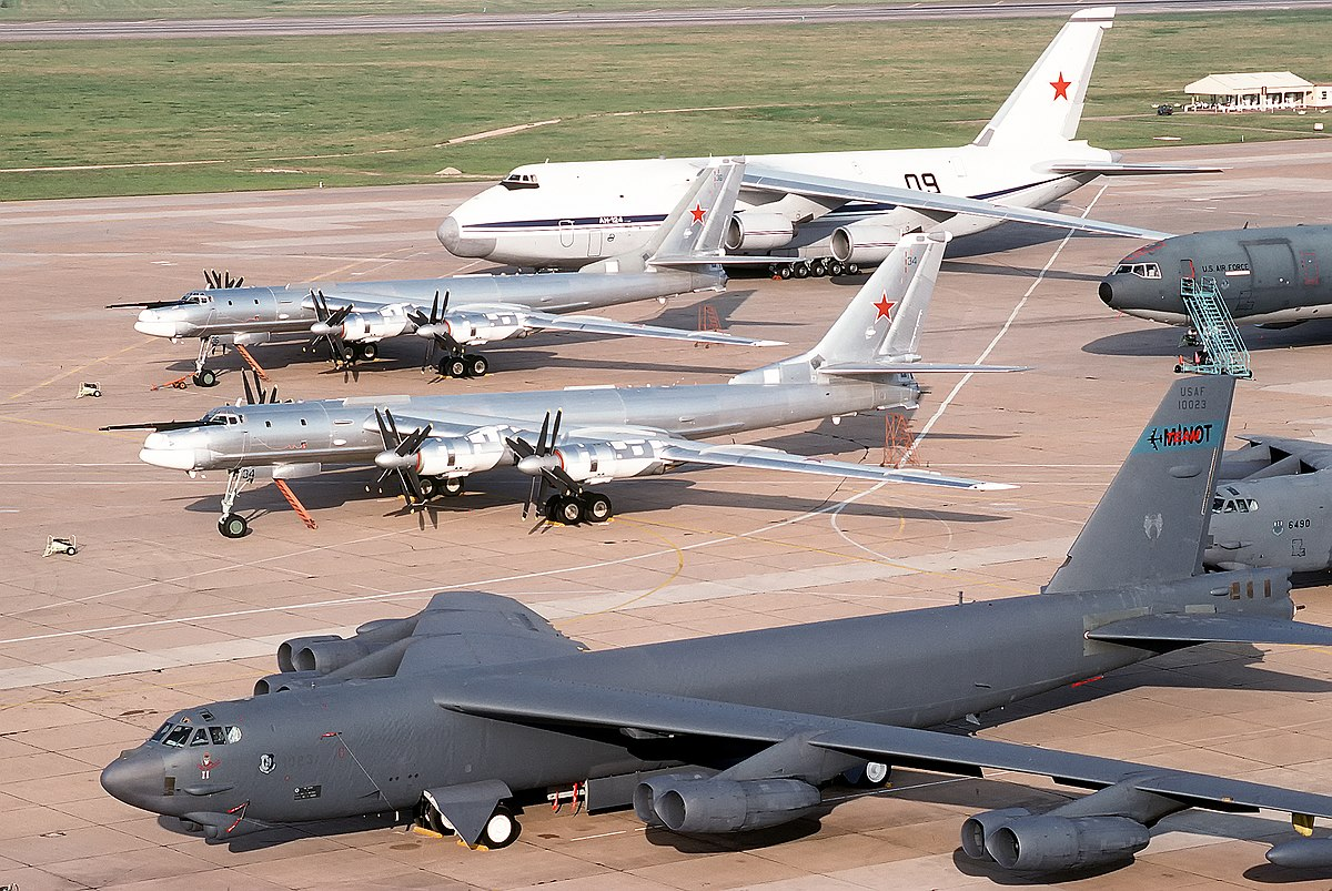 """Tu-95MS """"Bear"""" - Page 7 1200px-B-52_%26_Tu-95"""
