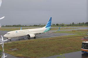 Sultan Babullah Airport - Image: B737 800 Garuda indonesia in sultan babullah airport