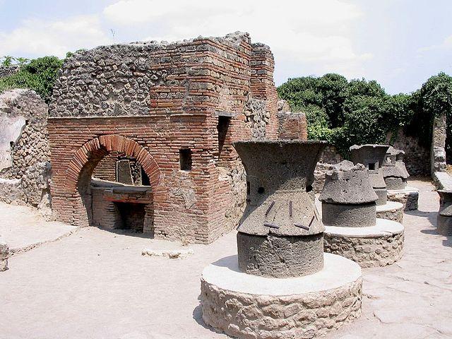 https://upload.wikimedia.org/wikipedia/commons/thumb/8/80/Baeckerei_pompeji_kampanien_italien.jpg/640px-Baeckerei_pompeji_kampanien_italien.jpg