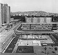 Balra a Fejér Lipót utcai toronyházak, szemben a Mérnök utcai Általános Iskola (ma Gábor Dénes Főiskola) épülete. Az Etele (Szakasits Árpád) út 39-49. sz. házból a Gellért-hegy felé nézve. Fortepan 20904.jpg