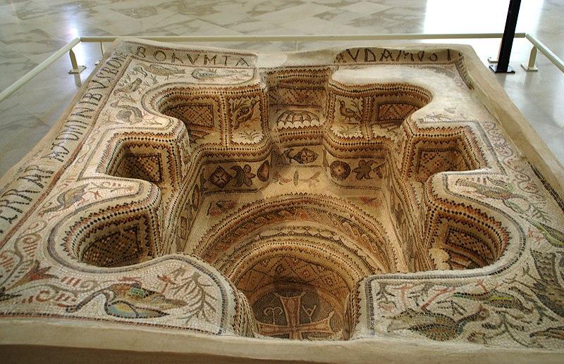 File:Baptistère de Bekalta au musée archéologique de Sousse, septembre 2013 (02).jpg