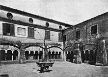 Il chiostro in una foto di inizio Novecento