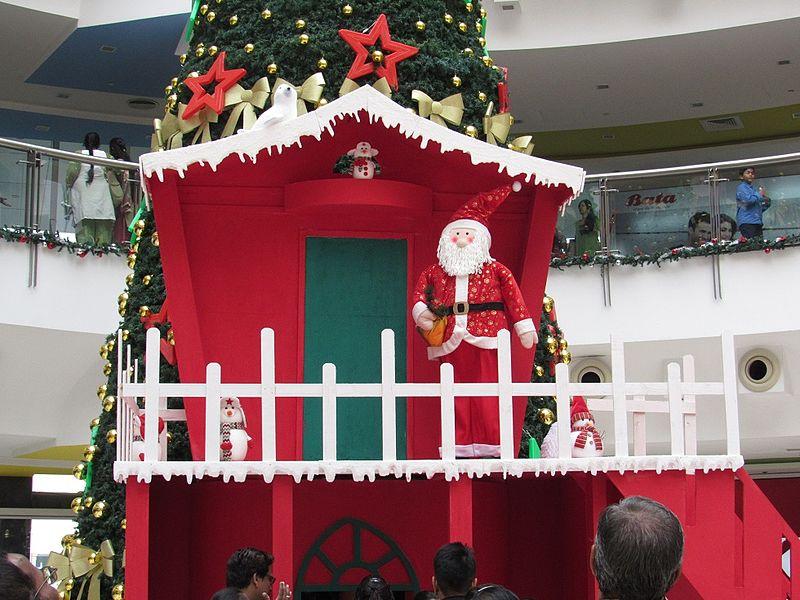 File:Big-christmas-tree-chennai-forum-mall-2.jpg
