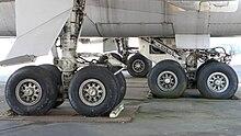 Vido de la 747's kvar ĉefa ĉasio, ĉiu kun kvar radoj