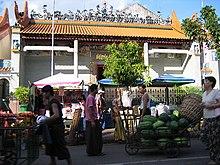 Le merci nelle aree urbane sono spesso trasportate dai facchini, come nella Chinatown di Yangon.