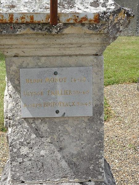 Bourguignon-sous-Coucy (Aisne) plaques soldats sur la croix du mietière