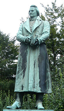 Bronzestatue Karl Immermann von Clemens Buscher, 1940 Aufstellung der Statue im Hofgarten, Goltsteinstraße, Düsseldorf (Quelle: Wikimedia)