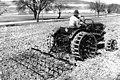 Bundesarchiv B 145 Bild-P059686, Aussaat mit HANOMAG-Schlepper.jpg